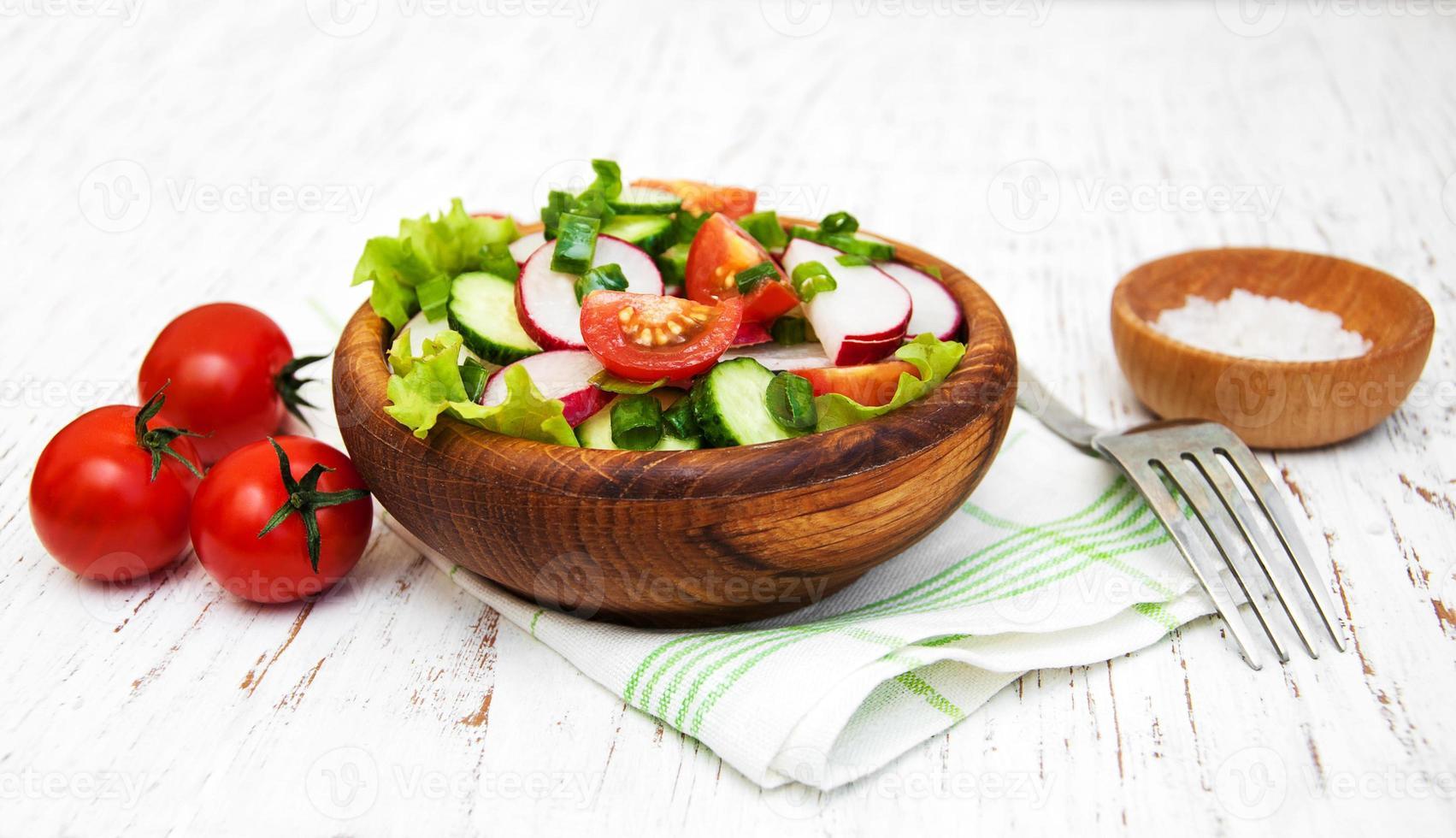 Frühlingssalat mit Tomaten, Gurken und Radieschen foto