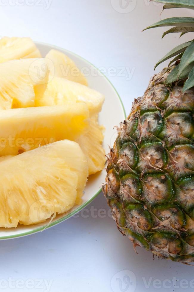Gericht mit Ananasscheiben auf weißem Grund. foto