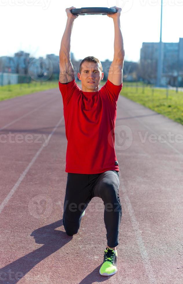 Sportler hebt Gewichte foto