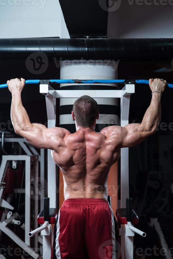 gesunder junger Mann, der Übung für Rücken macht foto