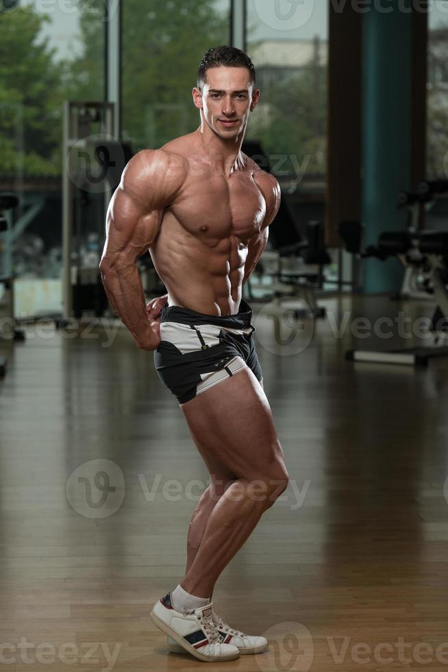 muskulöse Männer, die Muskeln spielen lassen foto