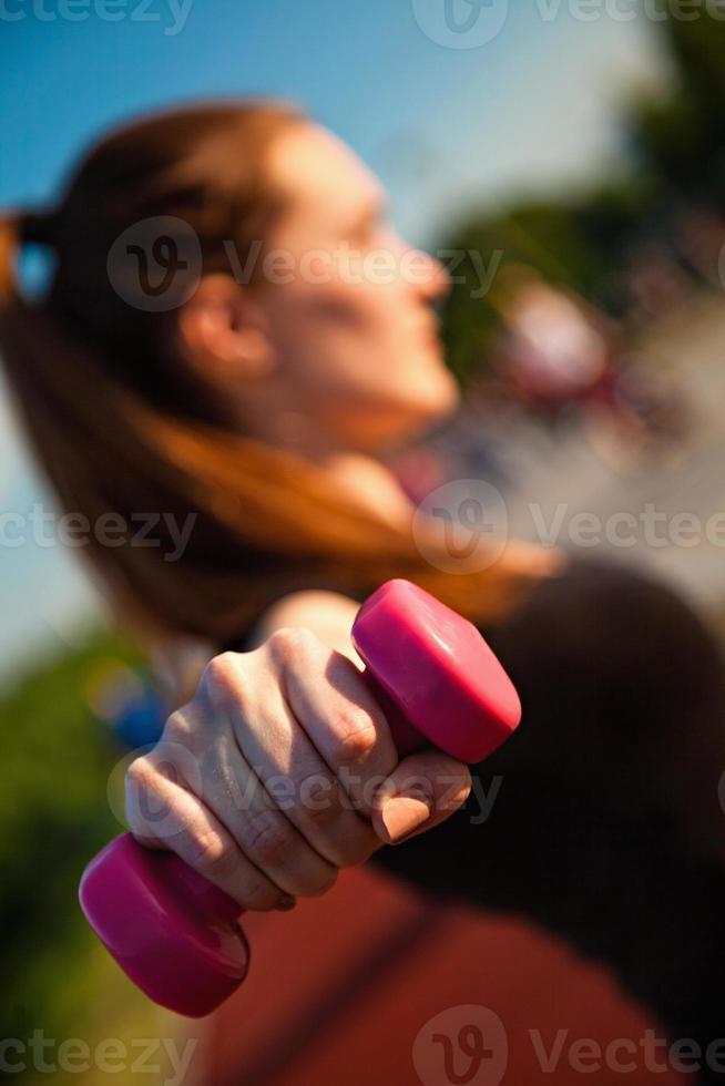 junge Frau trainiert foto