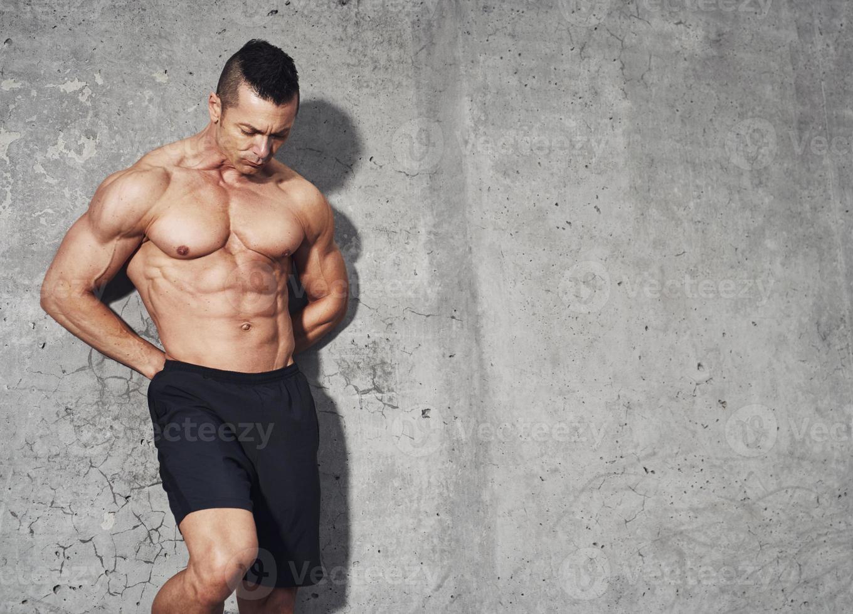 männliches Fitnessmodell mit Bauchmuskeln foto