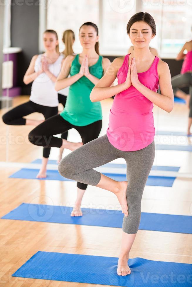 schwangere Frauen im Fitnessstudio. foto