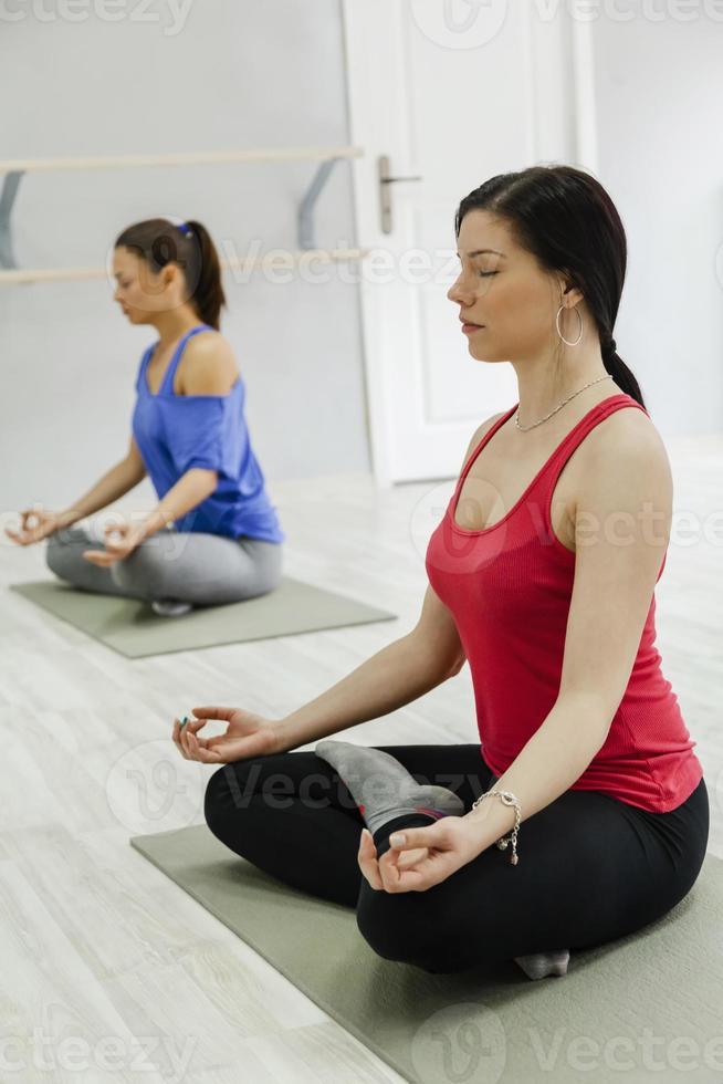 Gruppe von Frauen, die Yoga machen foto