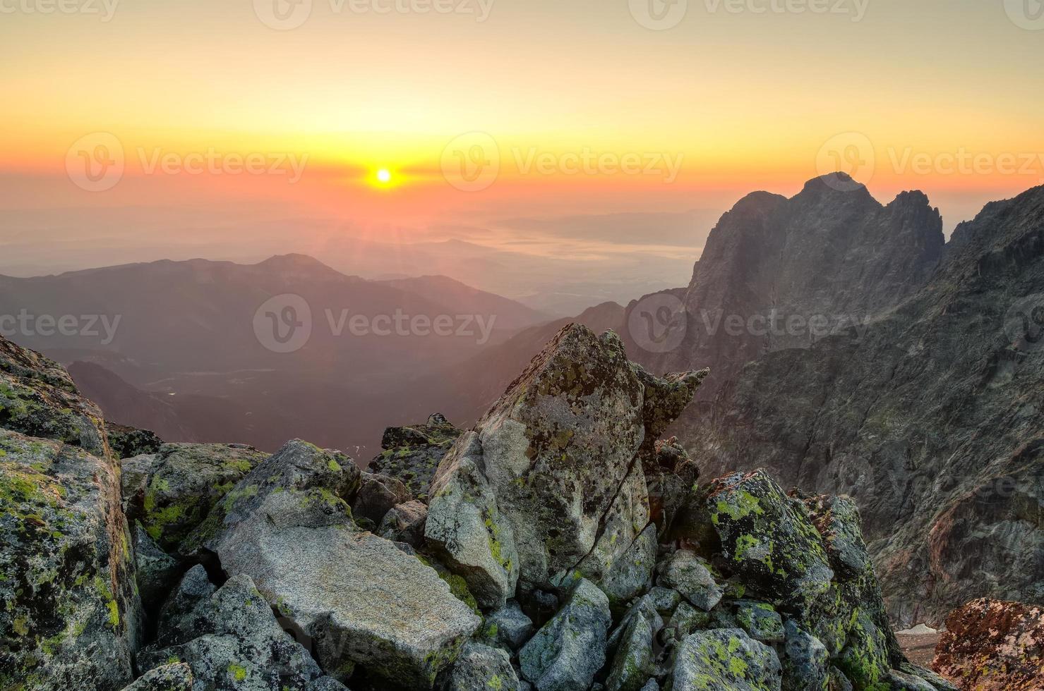 Sommerlandschaft. Sonnenaufgang in den Bergen. foto