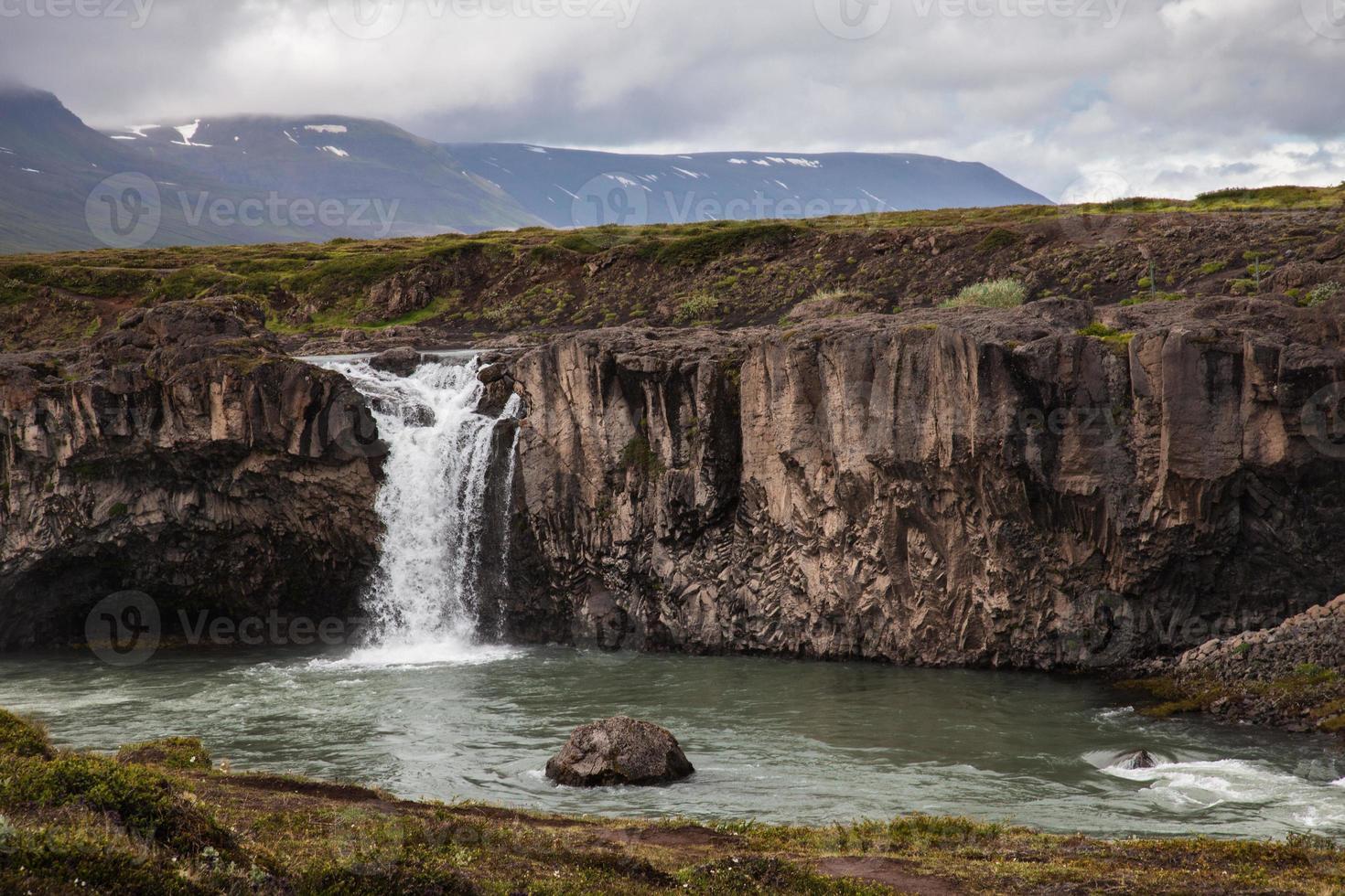 Landschaft mit Wasserfall in Island foto