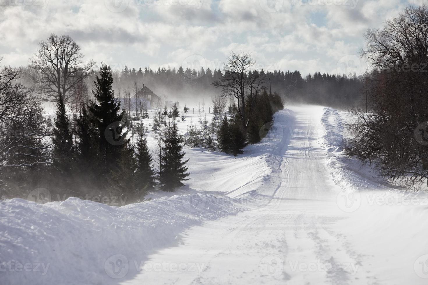 Winterlandschaft mit der Straße foto