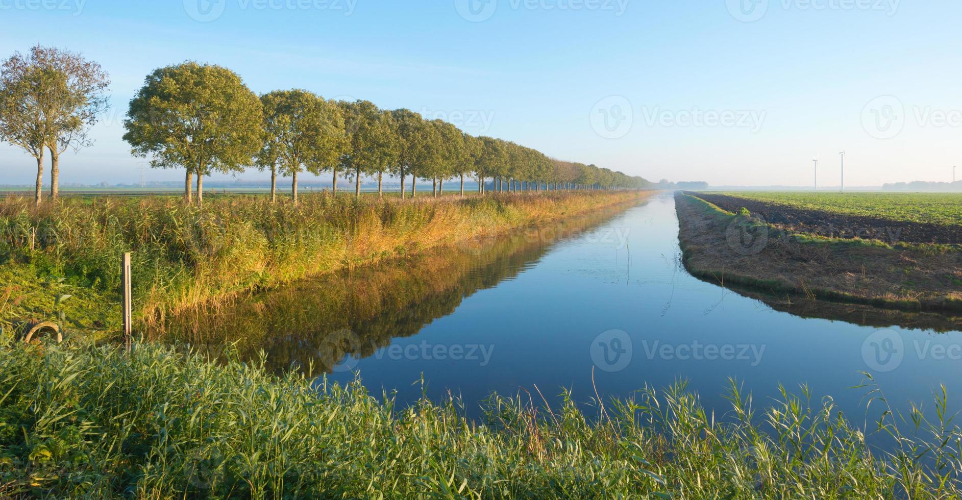 Kanal durch eine ländliche Landschaft foto