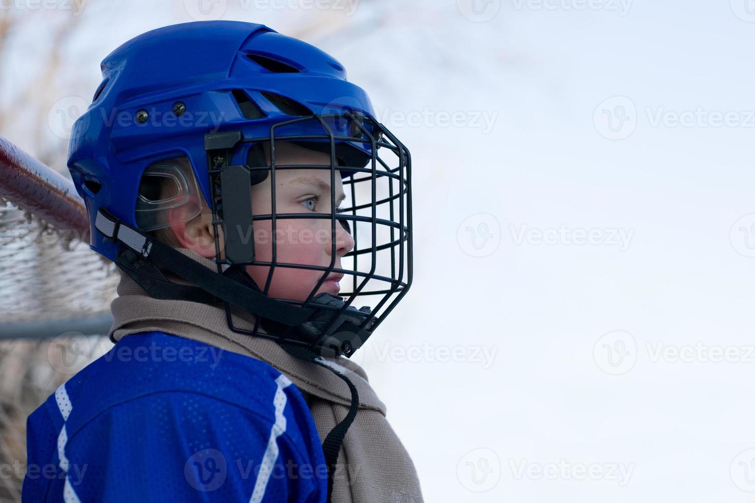 Junge spielt Hockey foto