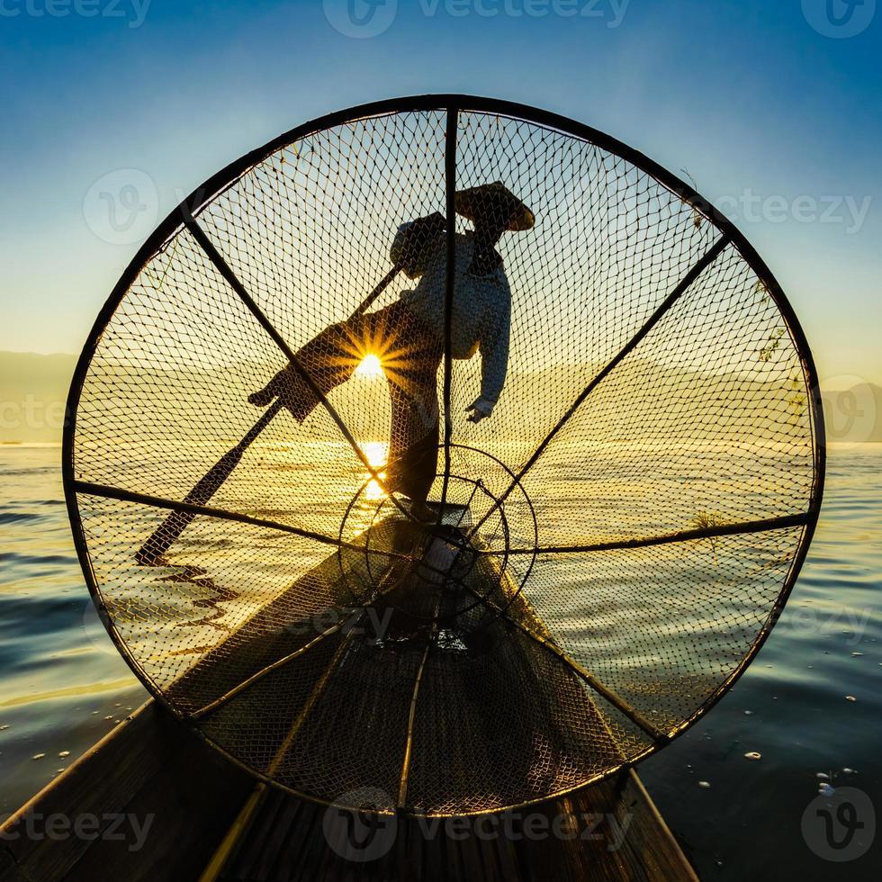 Fischer in Inle See bei Sonnenaufgang, Shan State, Myanmar foto