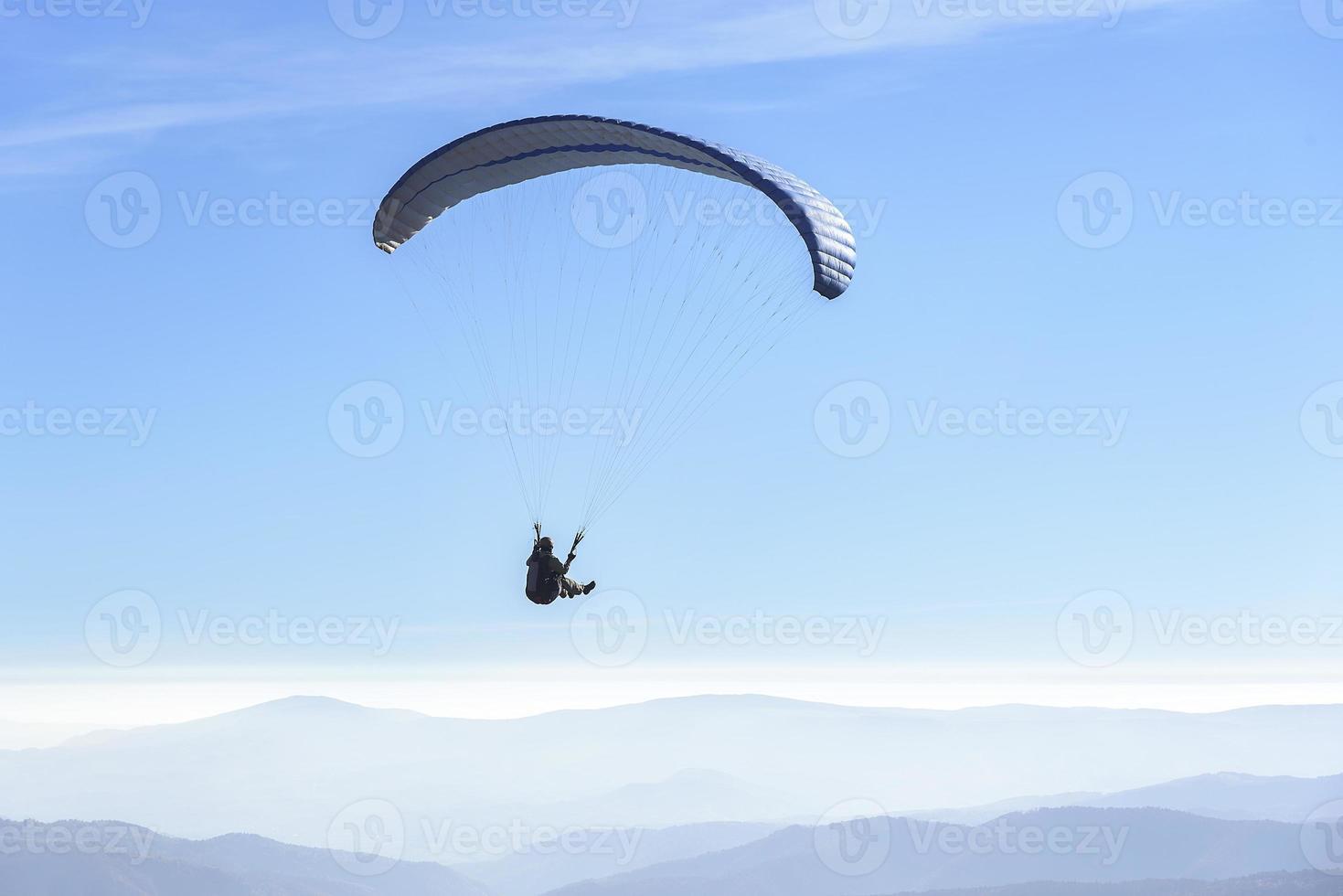 Gleitschirmfliegen am Himmel foto