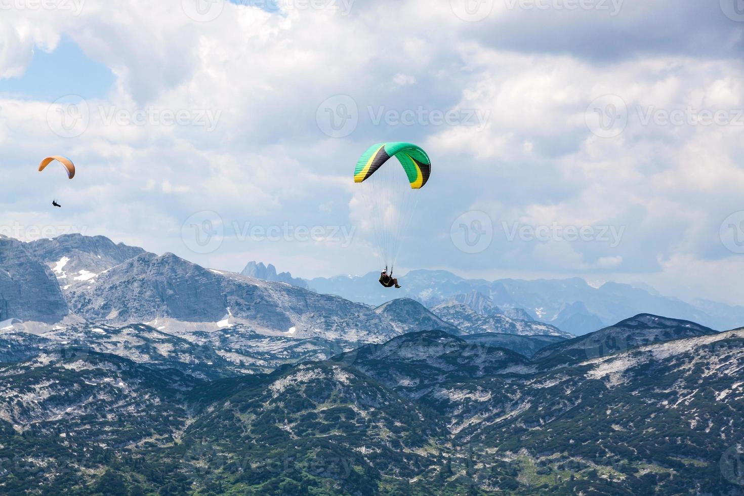Gleitschirmfliegen im Dachsteingebirge foto