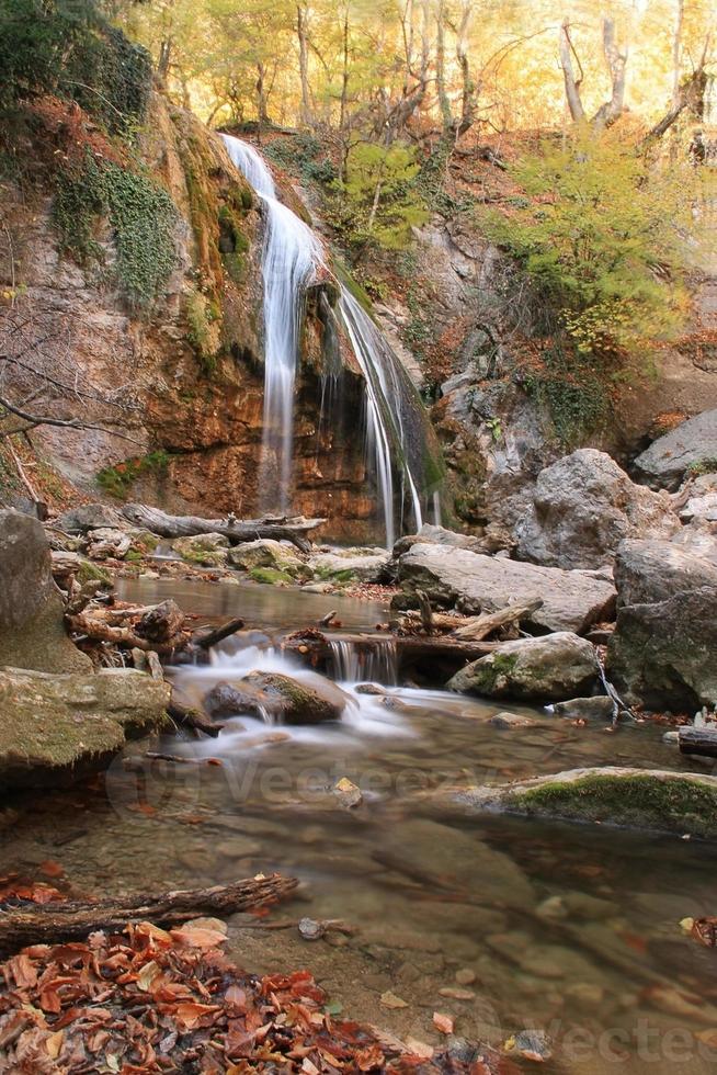 schöner Wasserfall im Wald, Herbstlandschaft foto