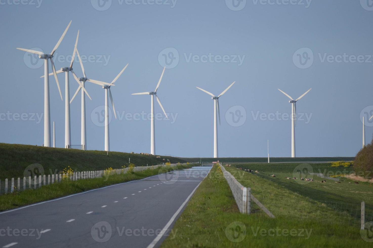 Windkraftanlagen in einer Reihe foto