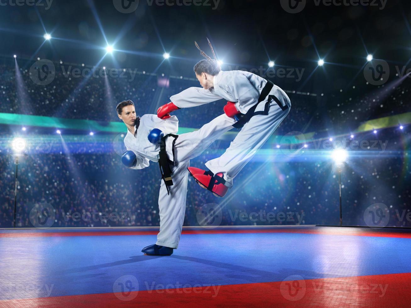 Zwei professionelle Karate-Kämpferinnen kämpfen foto
