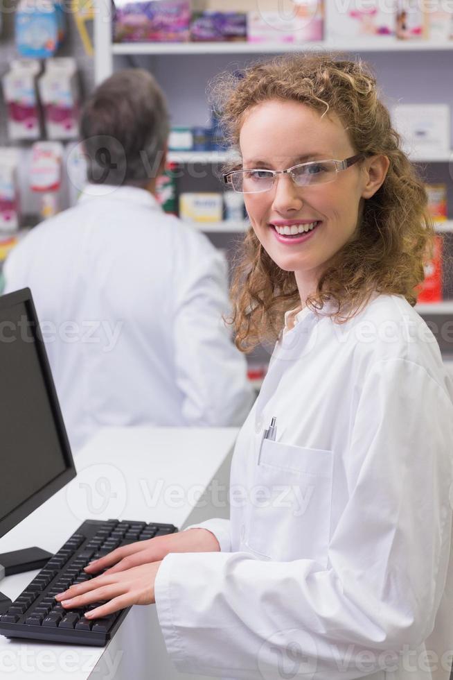 glücklicher Apotheker, der Kamera betrachtet foto
