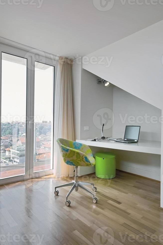 moderner Sessel und Schreibtisch in Mansarde foto