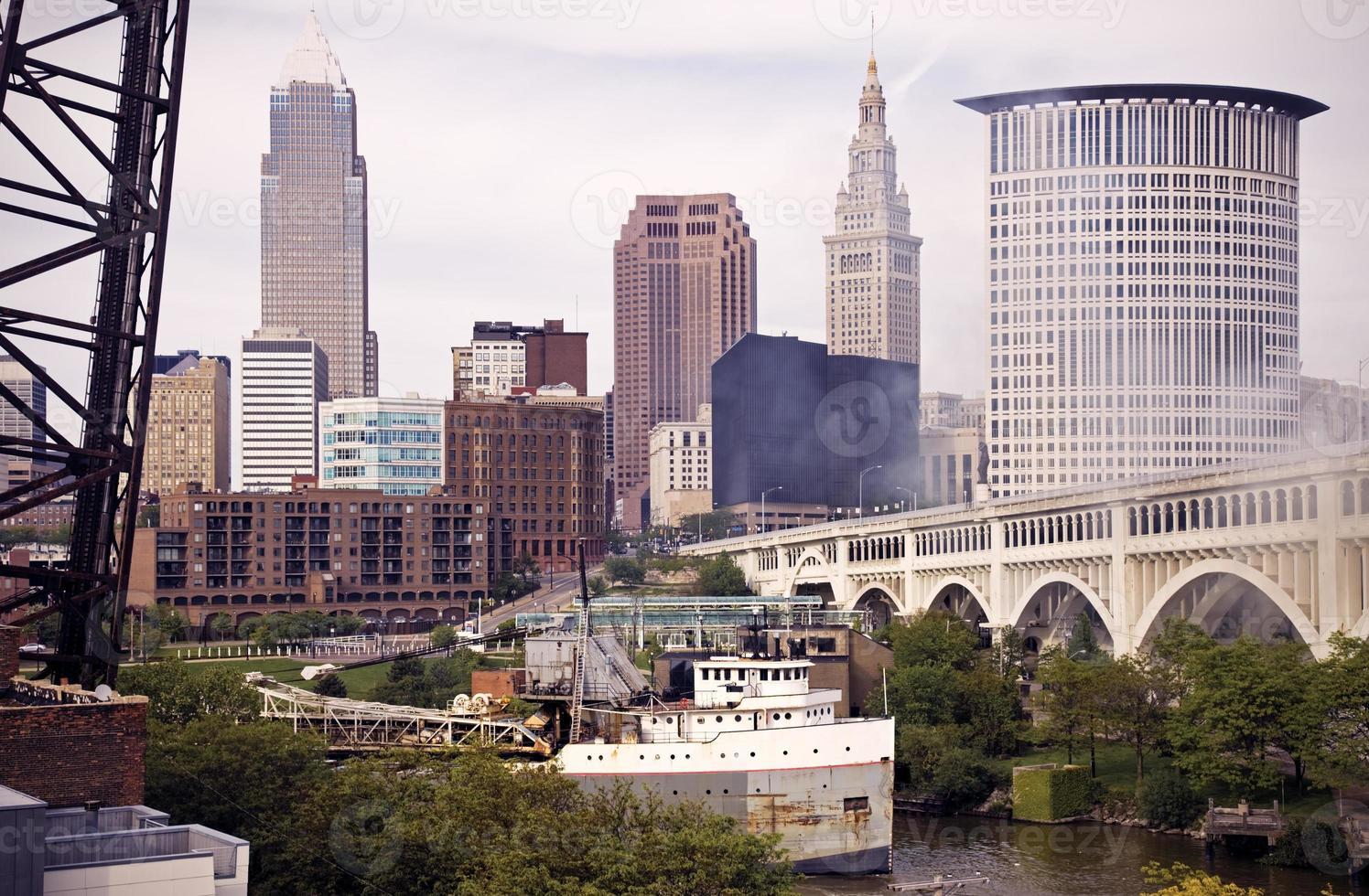 großes Schiff am Cuyahoga River foto