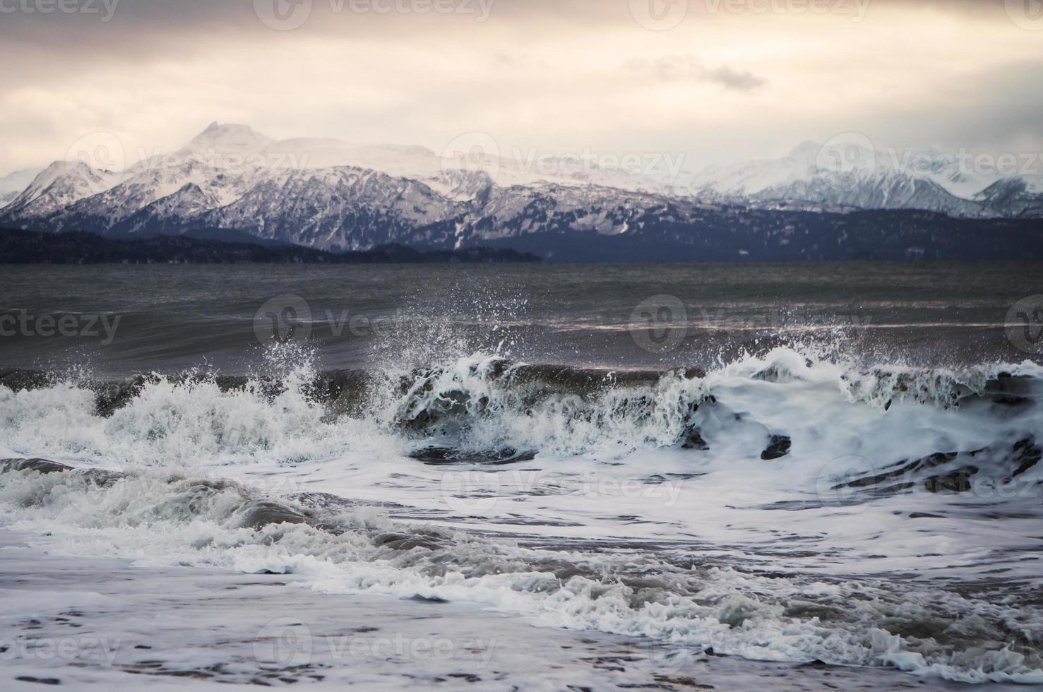Wintersonnenuntergang mit Wellen foto