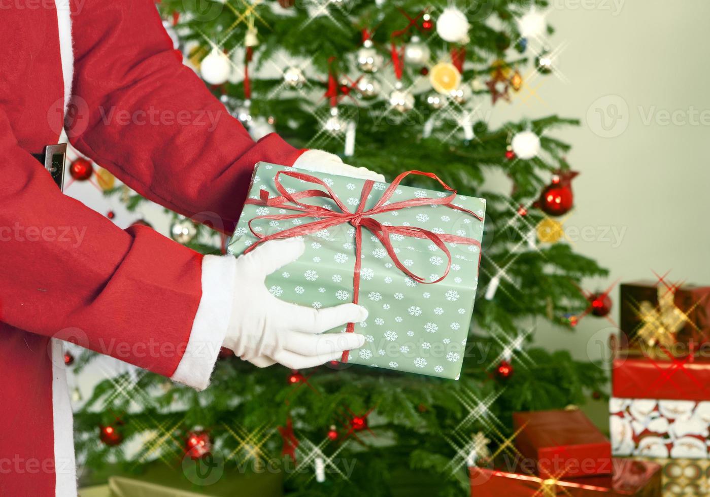 Weihnachtsmann mit Geschenk foto