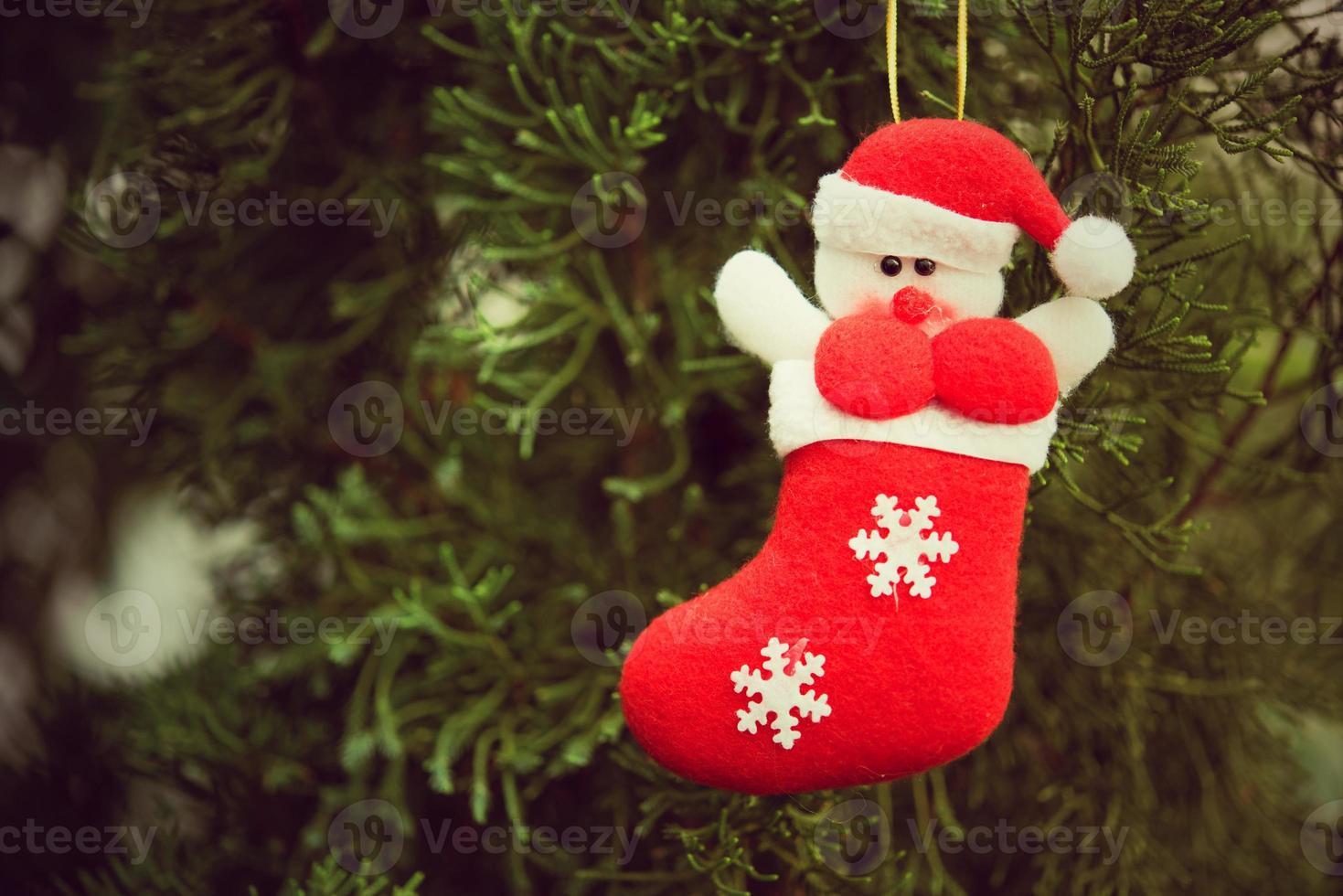 Weihnachtssocken schmücken Weihnachtsbäume und andere Dekorationen. foto