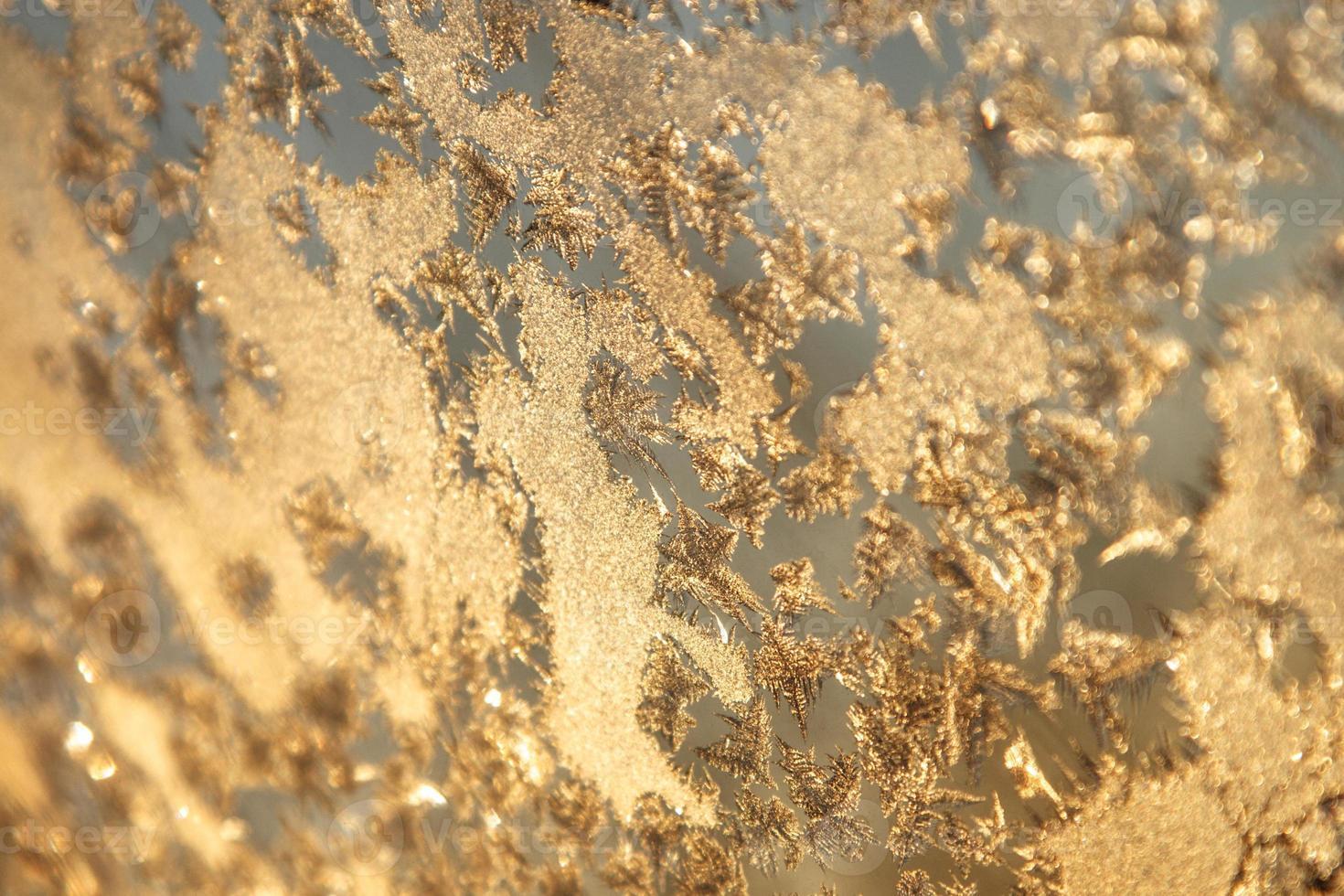 glänzende Winterfenster Eisdekoration foto
