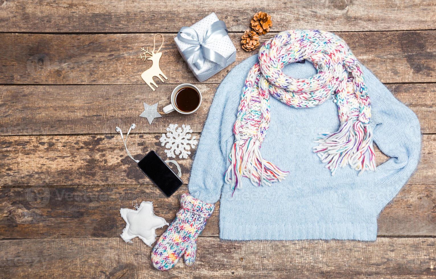Winterkleidung auf hölzernem Hintergrund. foto