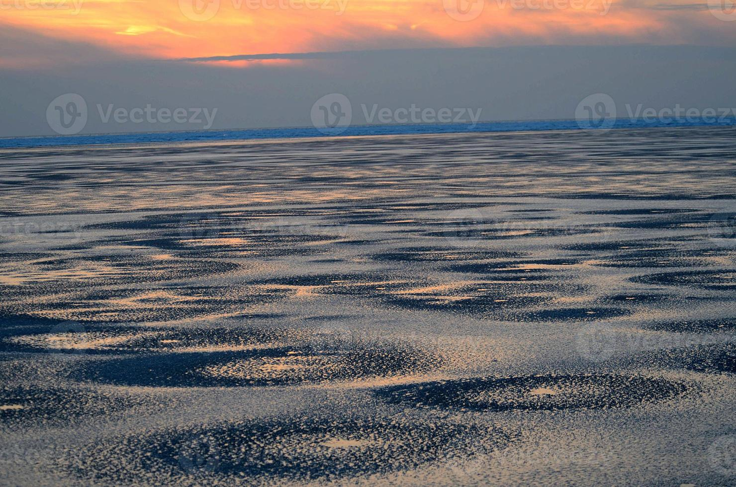 nordsee im winter beim abendrot foto