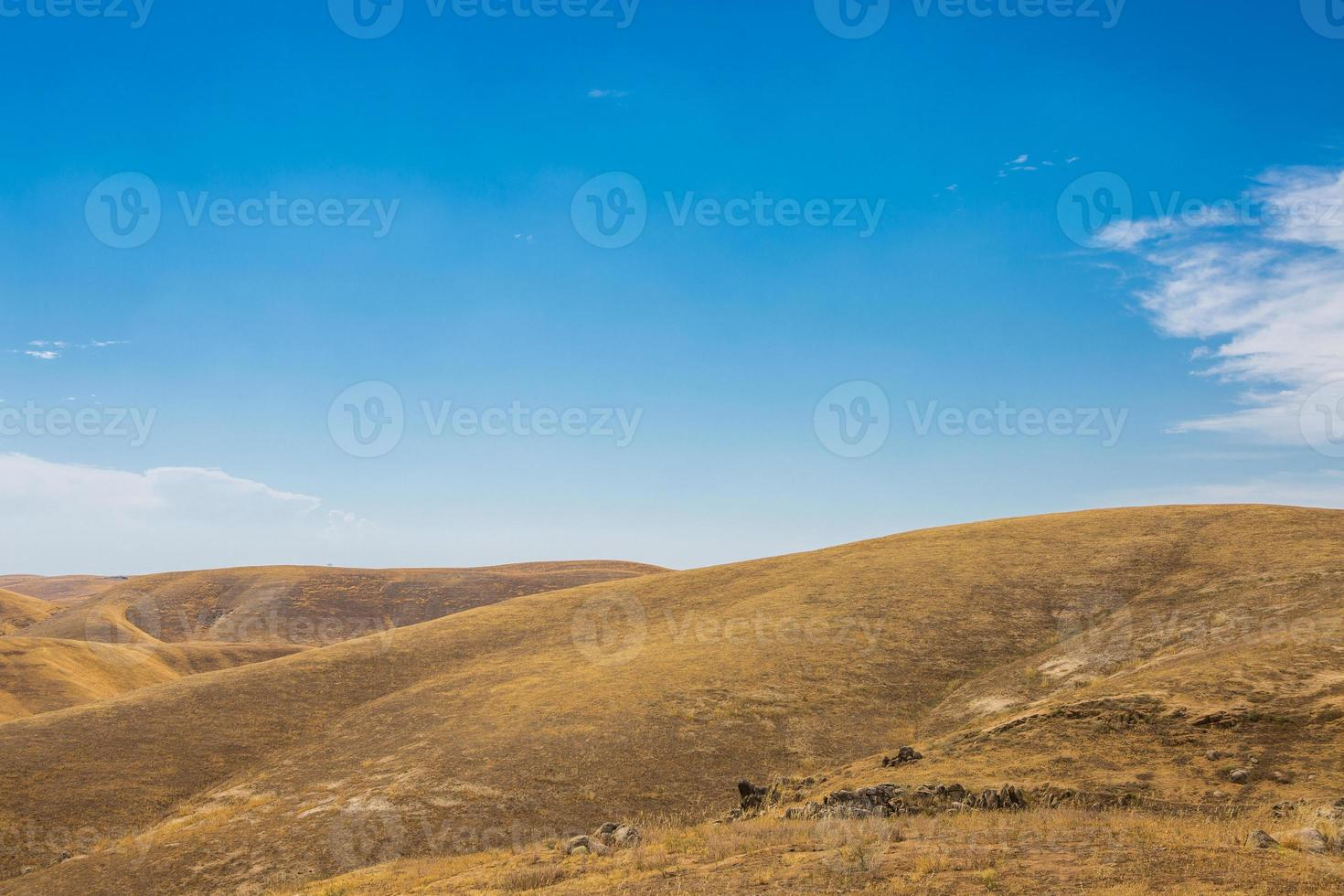 goldene Hügel und blauer Himmel foto