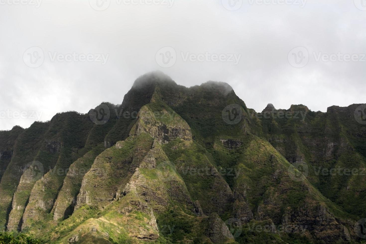 Reise nach Hawaii. Berge am nebligen Tag foto