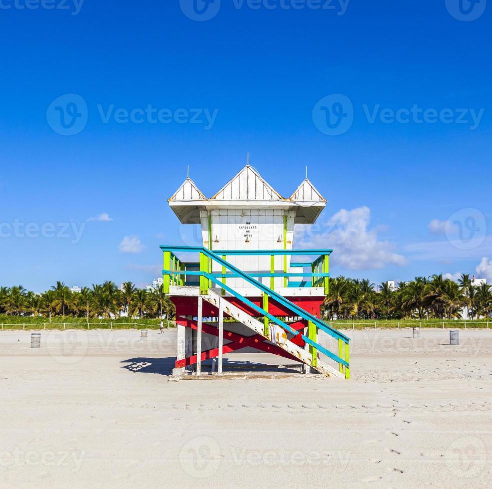 Rettungsschwimmerhütte am leeren Strand, Miami Beach, Florida, USA foto