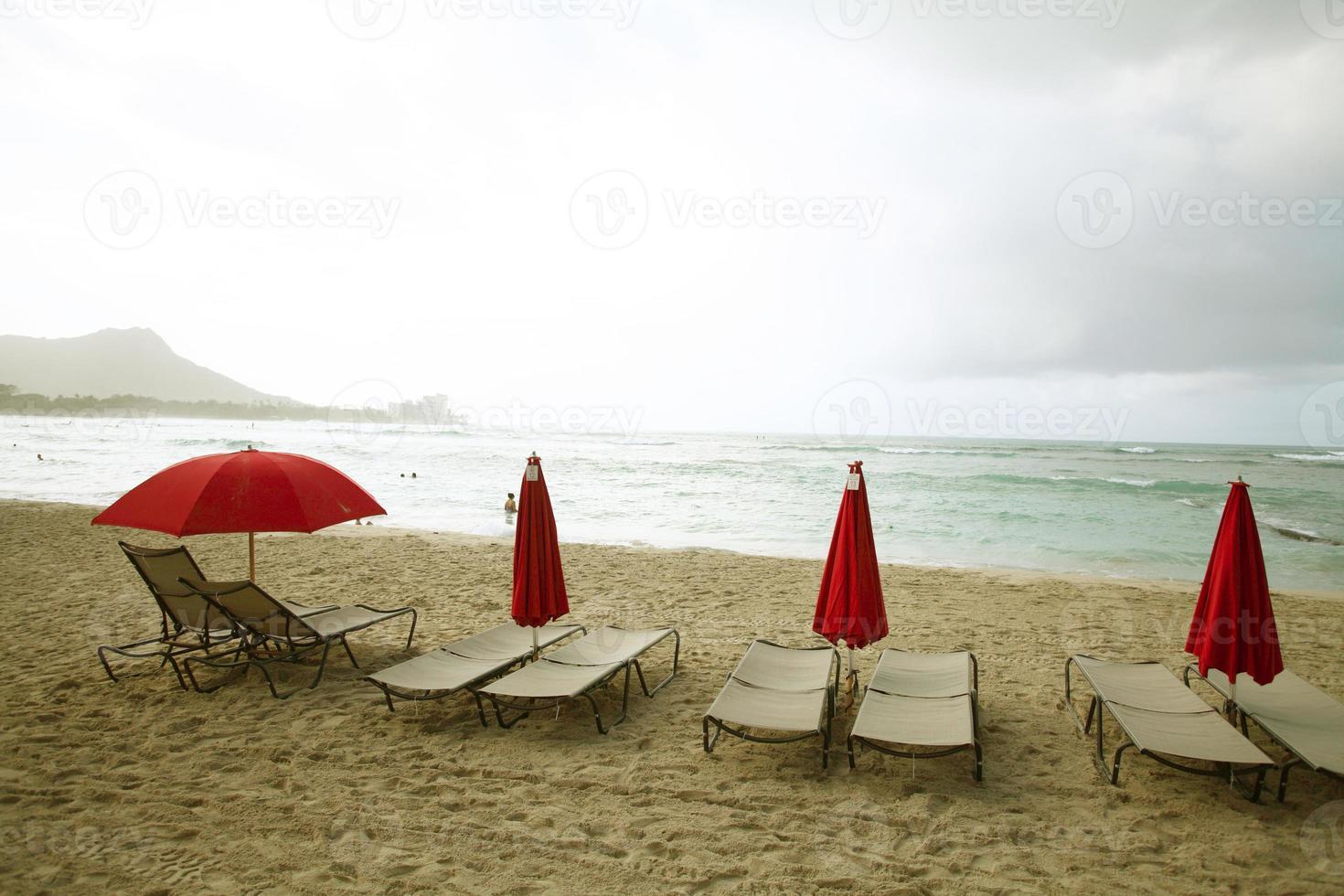 Liegestühle in Waikiki Beach foto