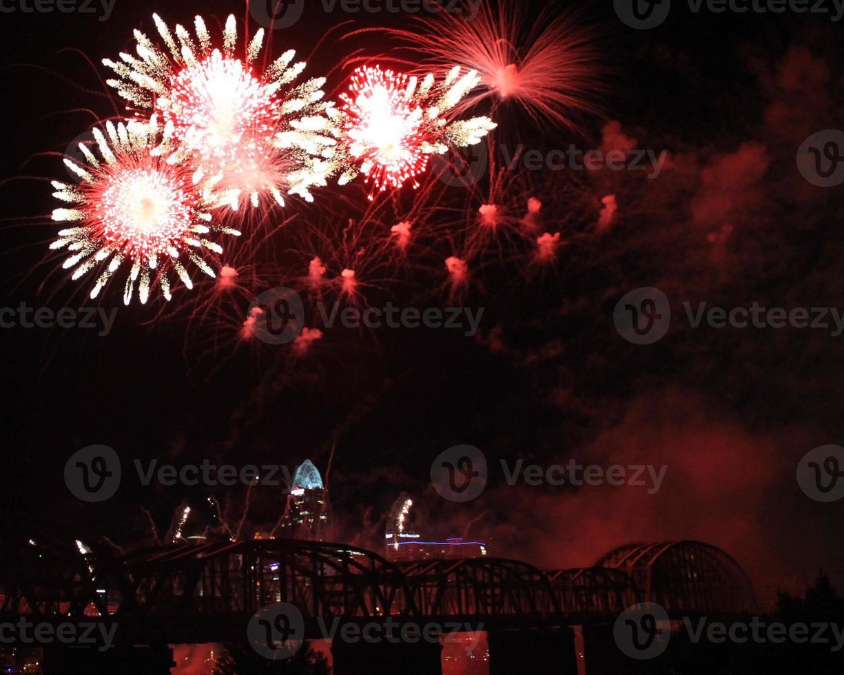 Blumenartiges Feuerwerk mit Rauch über der Skyline von Cincinnati foto