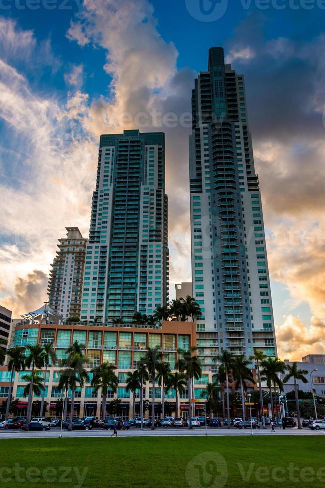 Wolkenkratzer bei Sonnenuntergang in der Innenstadt von Miami, Florida. foto