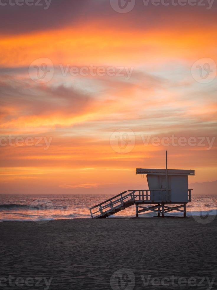 Rettungsschwimmer Turm am Strand bei Sonnenuntergang foto