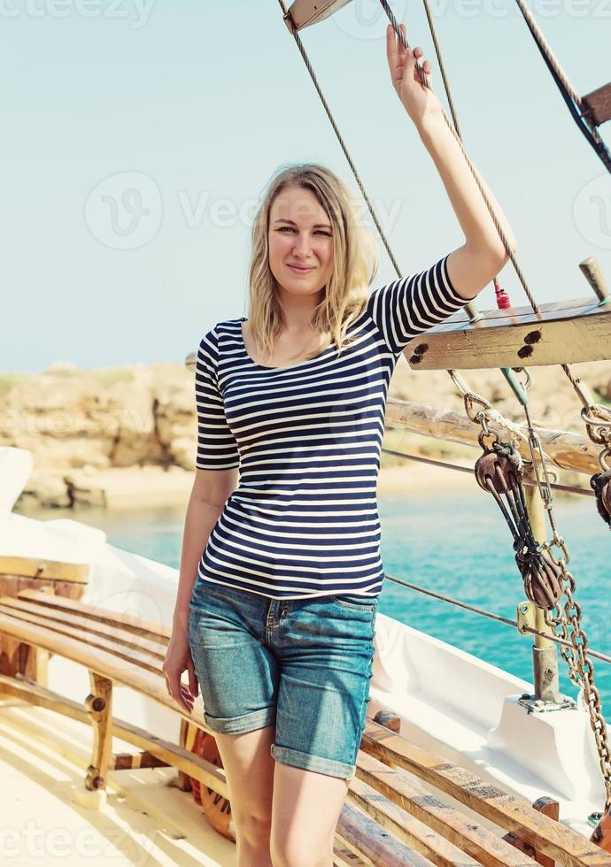 junge hübsche Frau auf dem Motorboot. foto