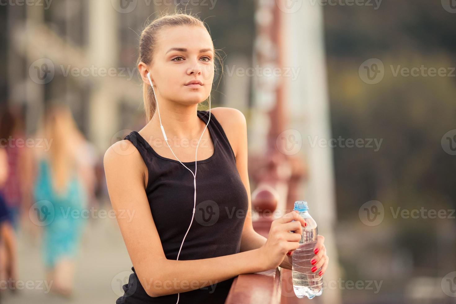 Mädchen läuft Stadt foto
