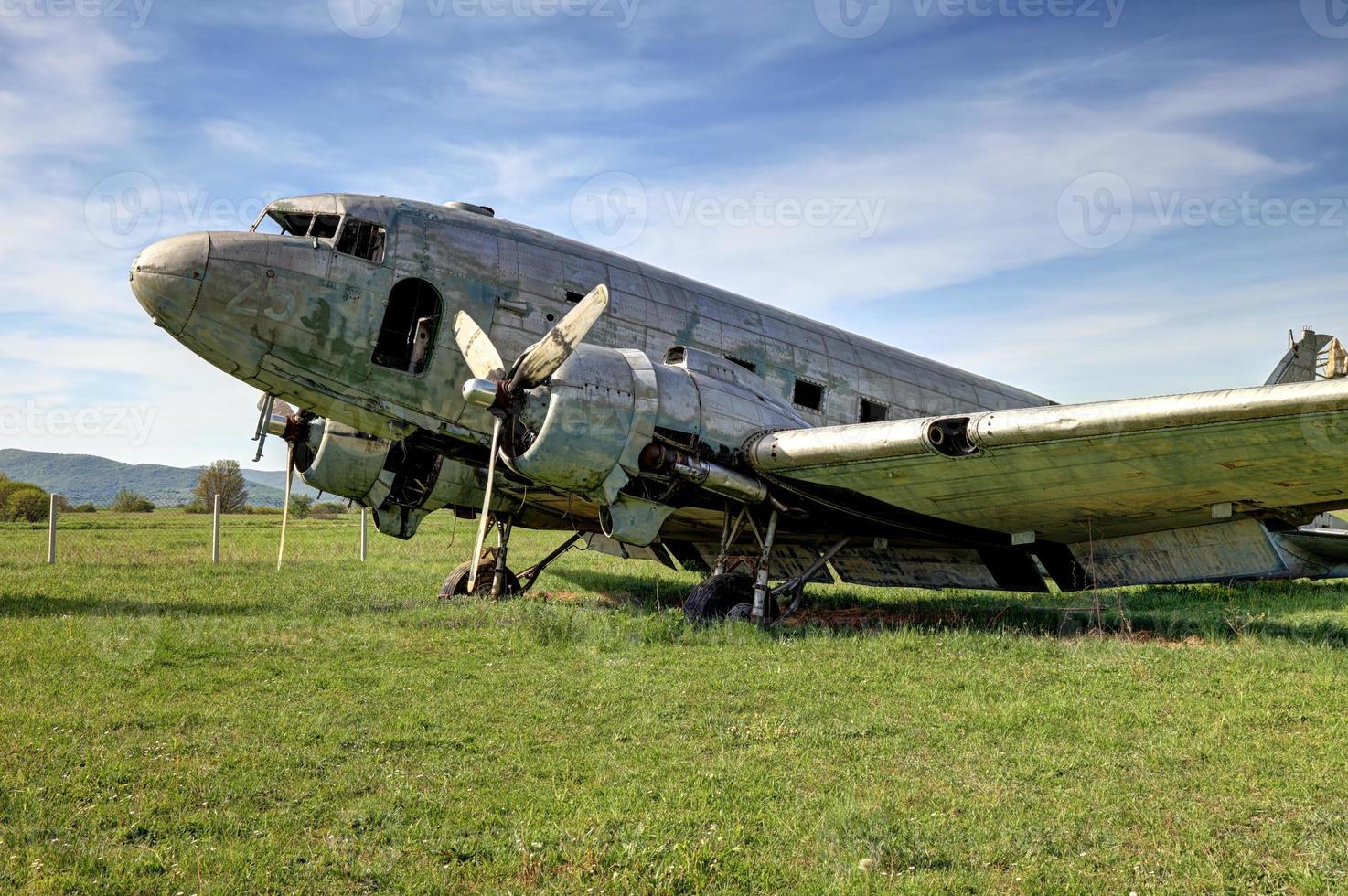 altes verlassenes Douglas DC-3 Flugzeug foto