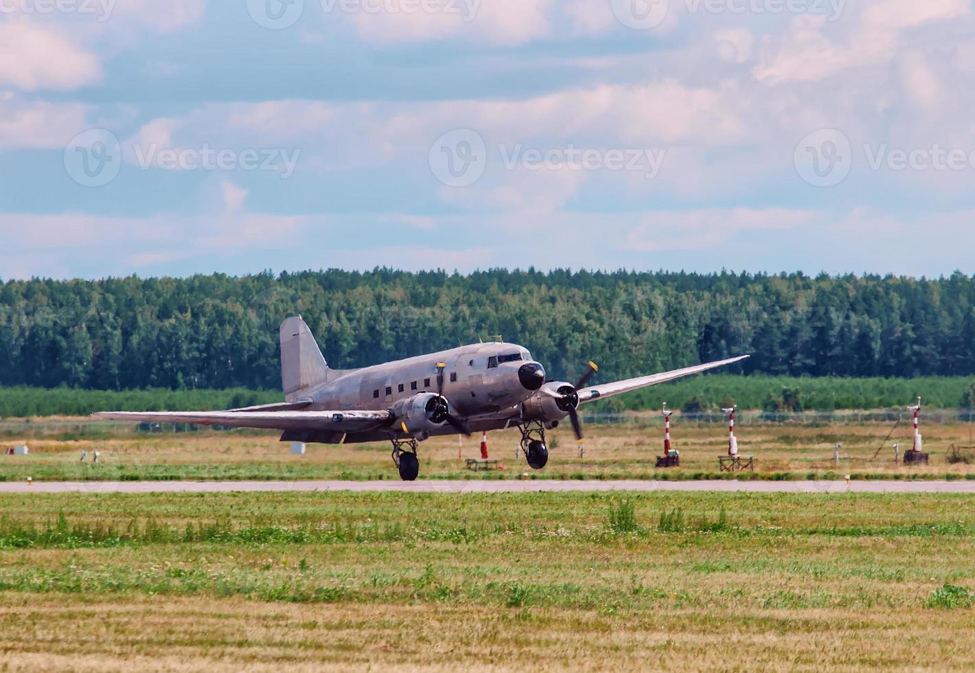 Douglas C 47 Transport altes Flugzeug an Bord der Landebahn foto