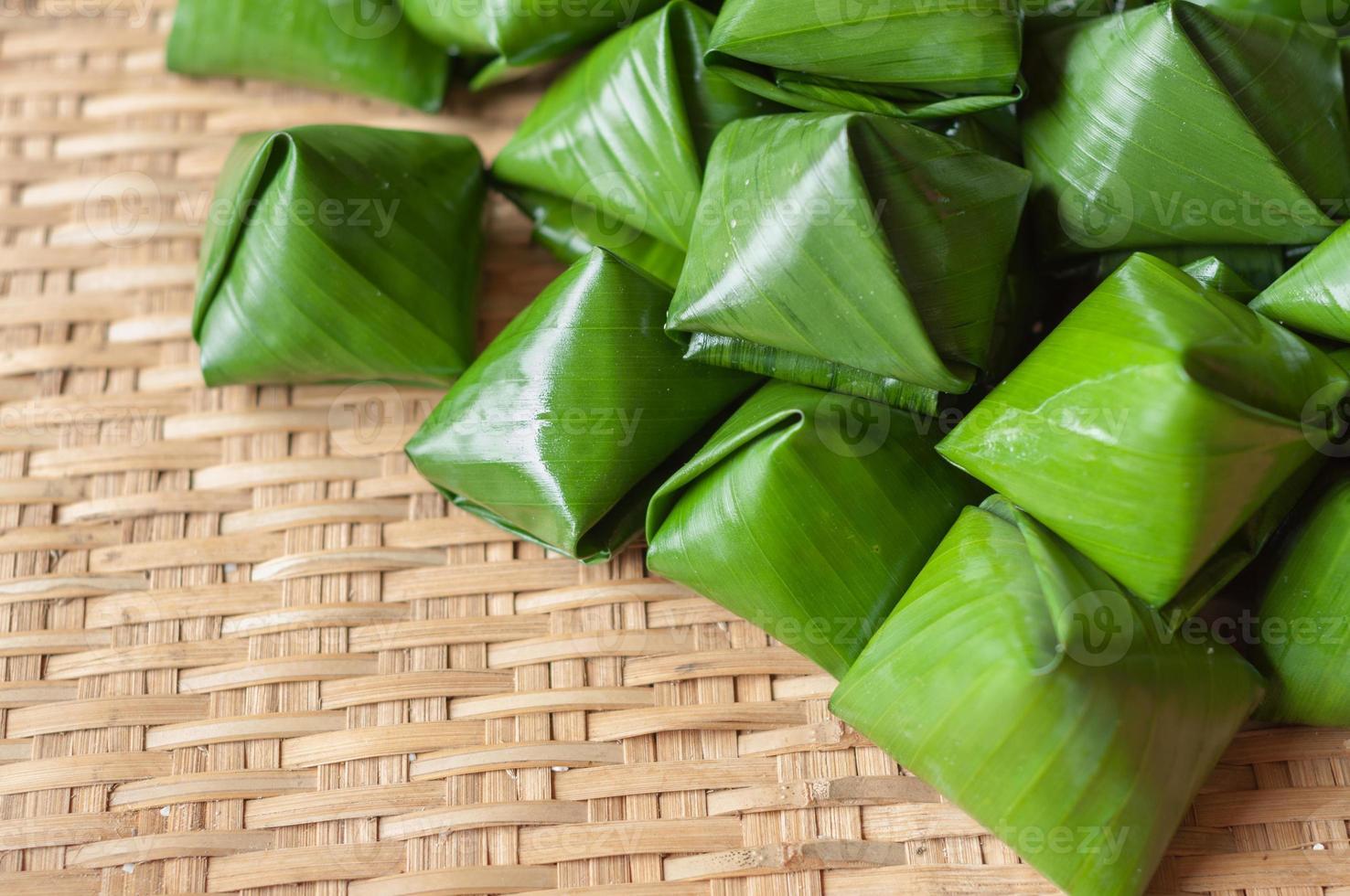 Gefüllte Teigpyramide Dessert auf Bambusmuster foto