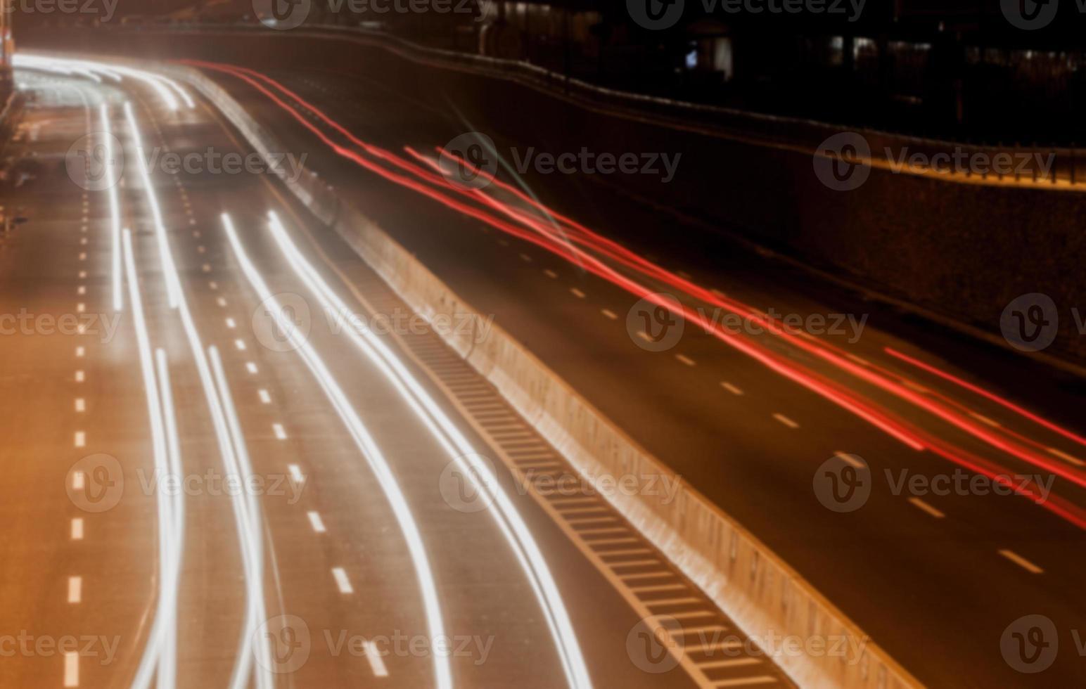 verschwommene Straße in der Nacht foto