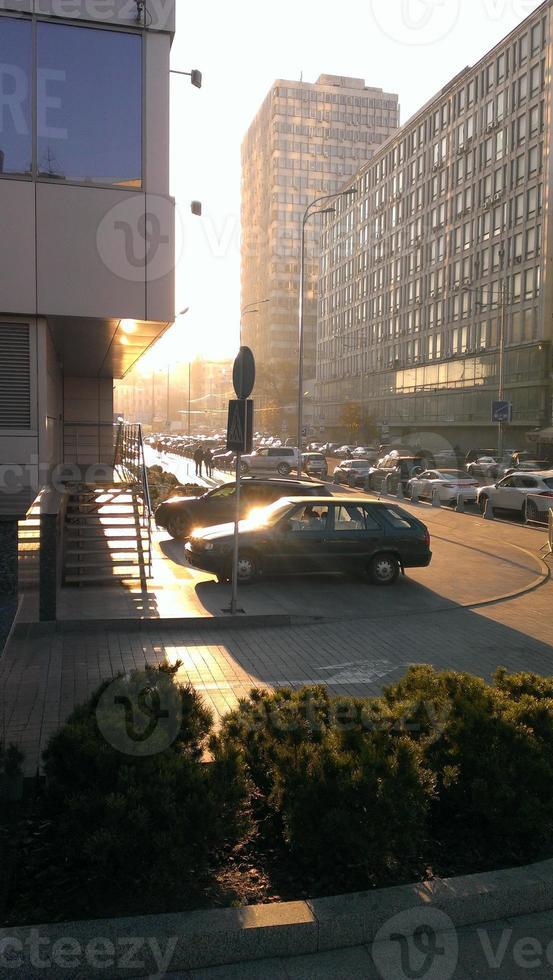 heller Sonnenuntergang in der Stadt foto