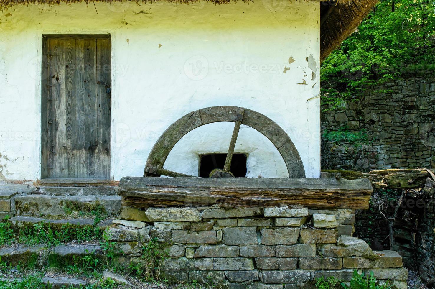 Detail einer typischen ukrainischen antiken Wassermühle foto
