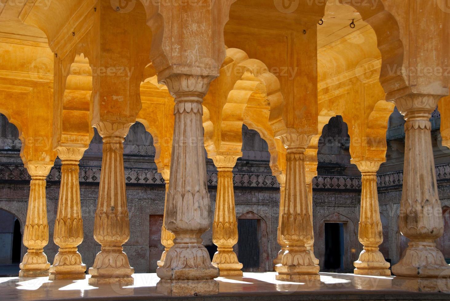 Säulen und Bögen in Amber Fort Jaipur, Indien foto