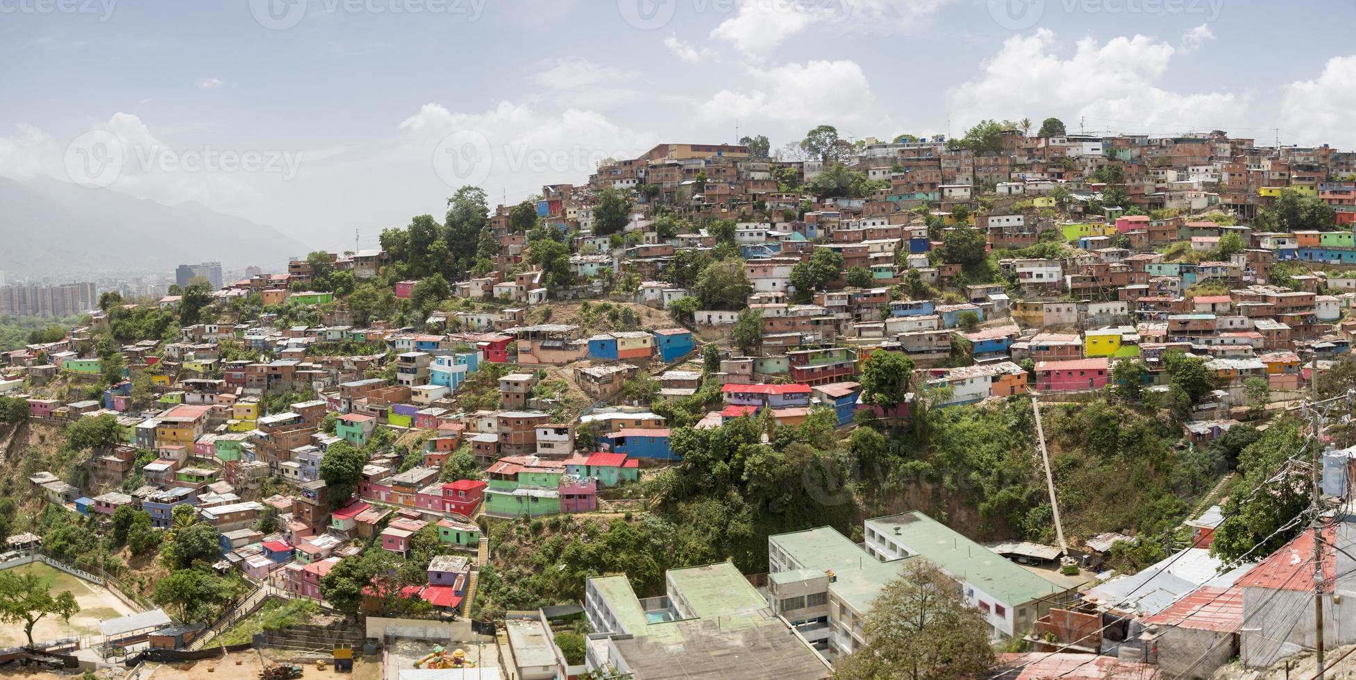 Slumviertel von Caracas mit kleinen hölzernen farbigen Häusern foto