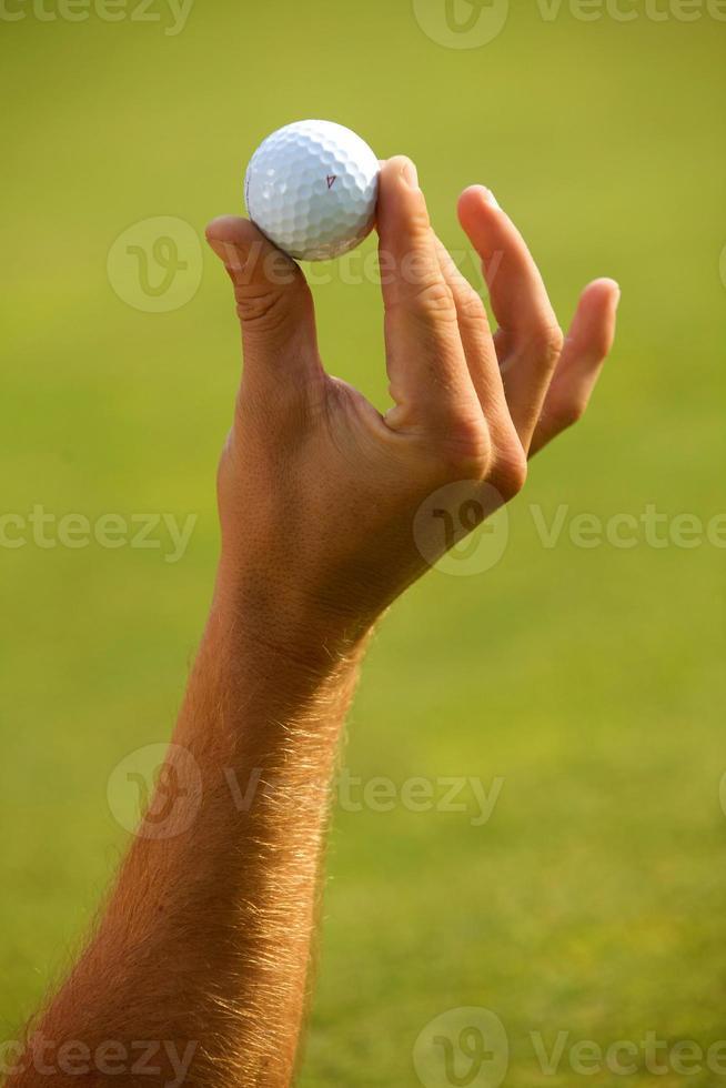 Nahaufnahme der menschlichen Hand, die Golfball hält foto
