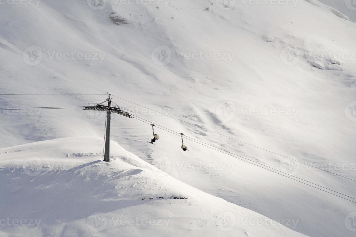Sessellift mit Skifahrern in der Schweiz, Winter. foto