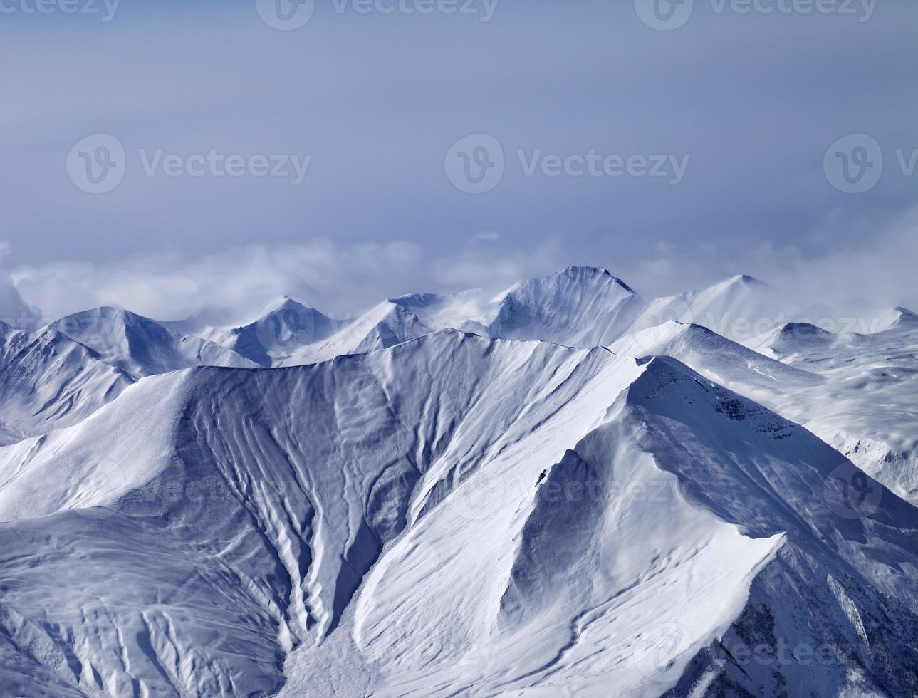 schneebedeckte Berge im Nebel foto