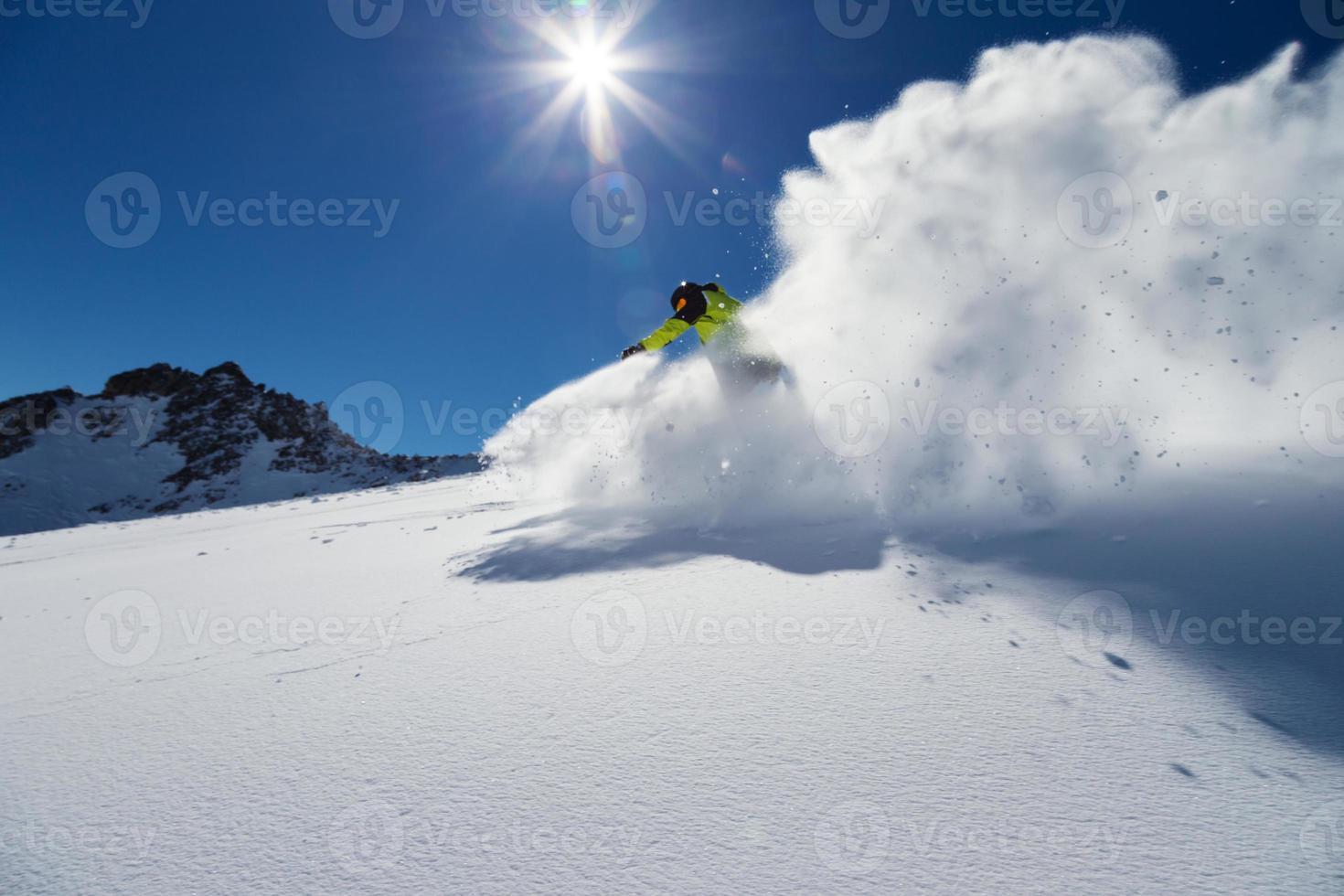 alpiner Skifahrer auf der Piste, Skifahren bergab foto